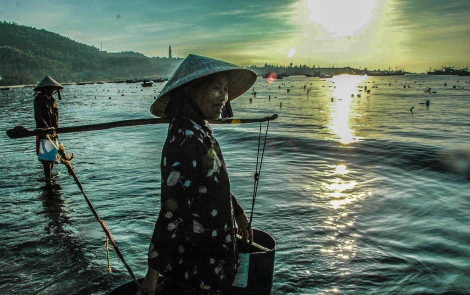 Tuổi Trẻ: Người đàn bà bán nước biển (nhịp đời qua ống kính)