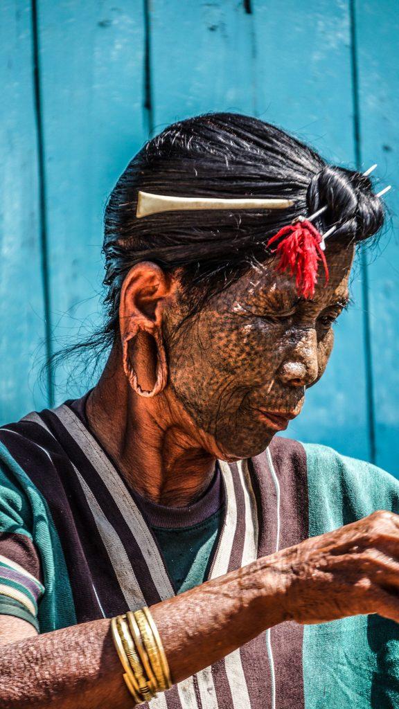 tộc người Uppriu có khuôn mặt chi chít các chấm tròn và biến thành màu đen hoặc màu tro khác hẳn màu da như mang mặt nạ.