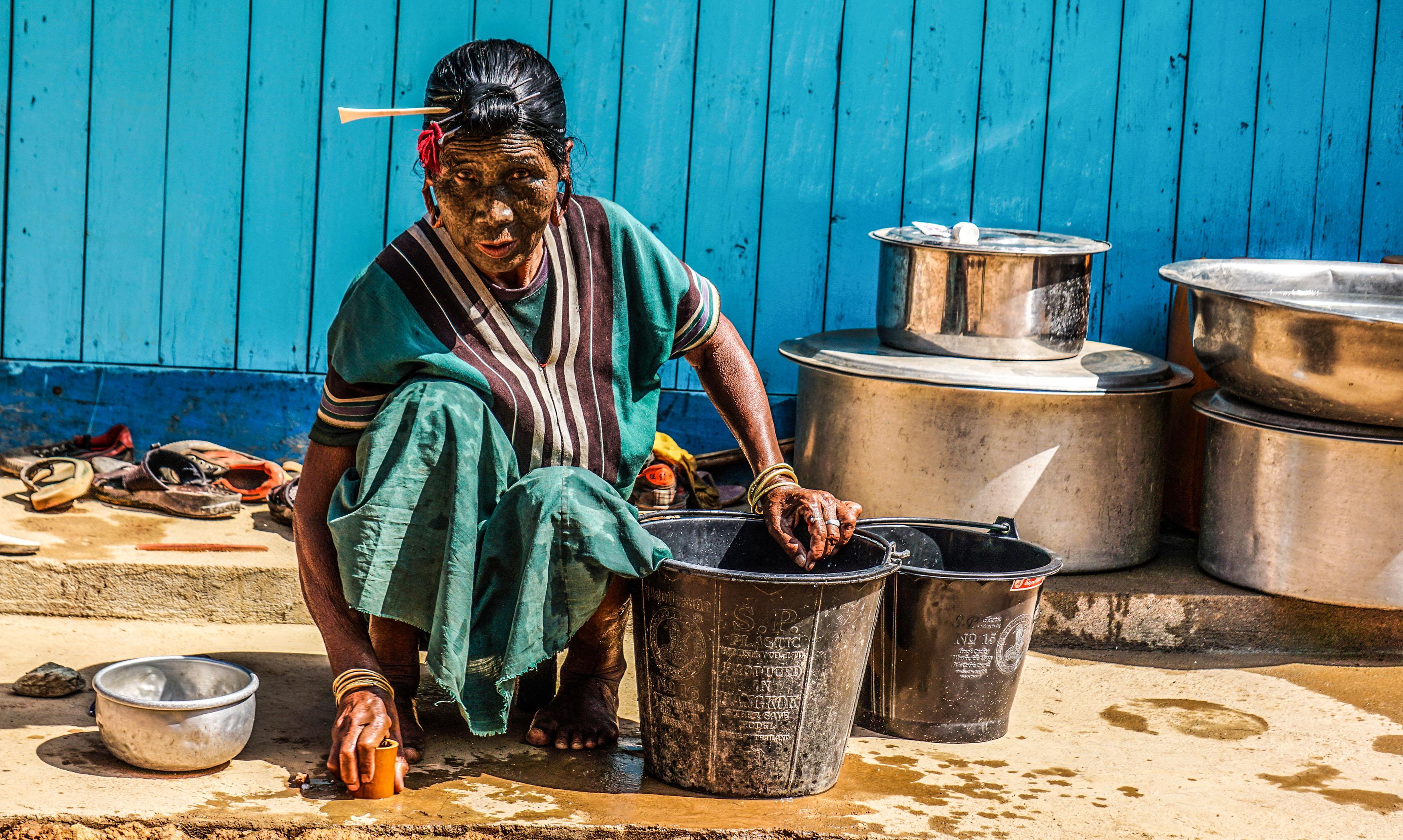 Một người phụ nữ Uppriu đang vệ sinh trang sức của mình.