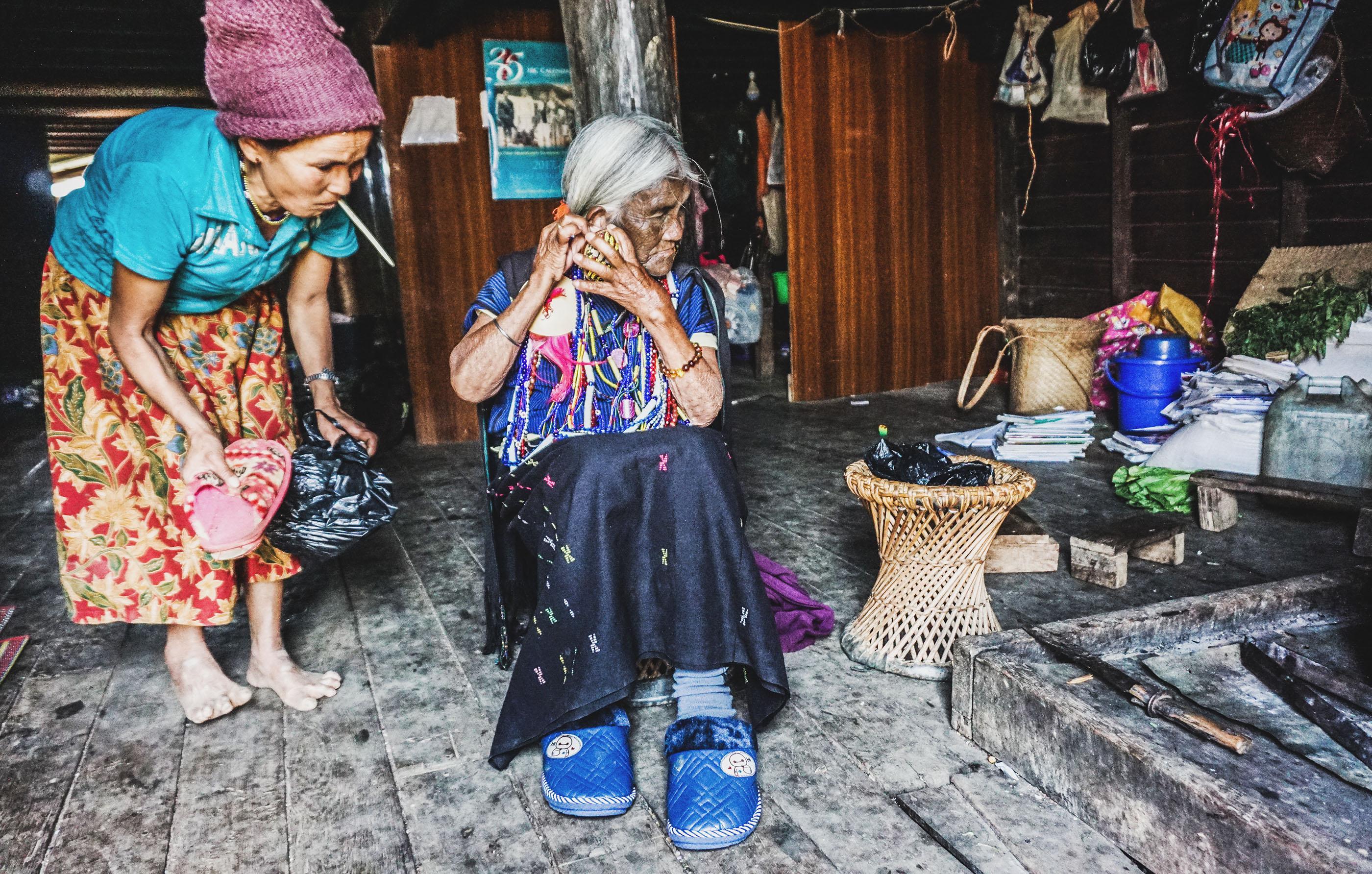 Trước khi bắt đầu diễn một màn thổi sáo bằng mũi, bà Yaw Shen luôn cố gắng mang đầy đủ đồ trang sức và bộ quần áo đẹp nhất. Bà cũng cho biết niềm vui của bà là mỗi khi có du khách ghé thăm, bà lại được khoác lên mình những thứ trang sức cổ xưa, đã gắn bó cả cuộc đời với bà.
