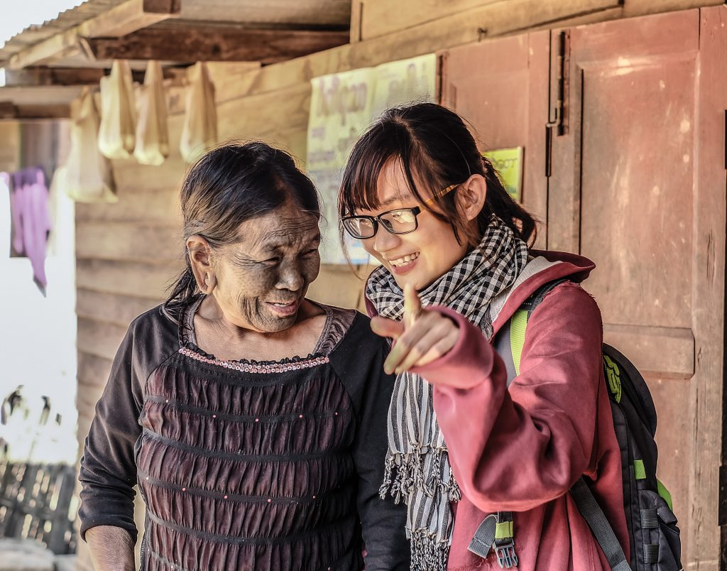 Bà Ma Seim (67 tuổi, người Uppriu) tỏ ra ngượng ngùng khi chụp ảnh cùng một cô gái Việt Nam.
