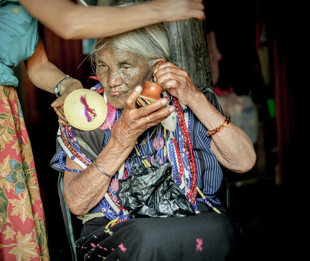 Bà Yaw Shen cho biết bà rất yêu đôi hoa tai truyền thống của mình. Vì vậy bà cũng rất buồn vì bây giờ không còn một nơi nào làm ra loại hoa tai như của bà nữa. Đôi hoa tai bà có chính là một trong những đôi bông tai cuối cùng còn lại của thế hệ trước và bà luôn cất giữ nó như một đồ vật quý giá.