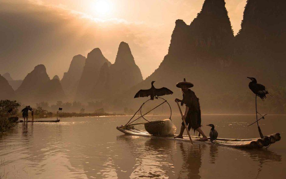 Bộ ảnh về những người đàn ông đánh bắt cá trên sông Li của theguardian