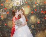 """Bắt đầu 1 seri """"hôn"""". Đầu tiên là mẹ và cô dâu hôn nhao."""