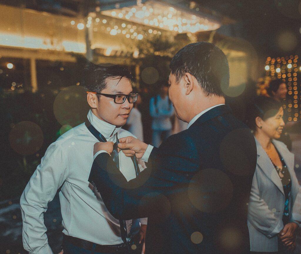 """Trước giờ G, bố vợ thắt cà vạt cho con rể =]]]  Anh bạn mình cmt là """"Ảnh đẹp. Ý nghĩa. Đủ đầy cho một ấm êm"""". Và mình thích cmt này. hihi =]]"""