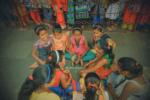 Những đứa trẻ tranh thủ làm quen và chơi với nhau trong lúc bố mẹ ông bà xếp hàng để vào bên trong làm lễ.