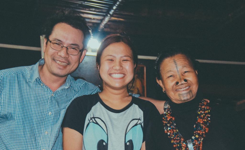 Anh Nam và anh Ninh cứ đua nhau chụp ảnh cùng cô bé Rinyj. Rồi đòi đưa Rinyi về Việt Nam và cho tui ở lại Ziro. Huhu