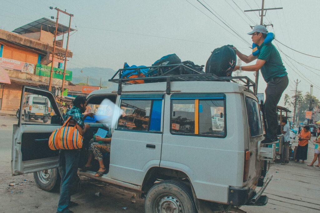 Anh Nam đang check lại hành lý trong lúc tui trao đổi thêm thông tin với Shankar
