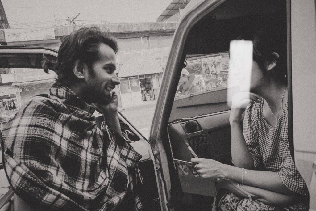 Đang trao đổi với Shankar Dutta sau khi đã quen nhau và ko còn nghi ngờ nữa.