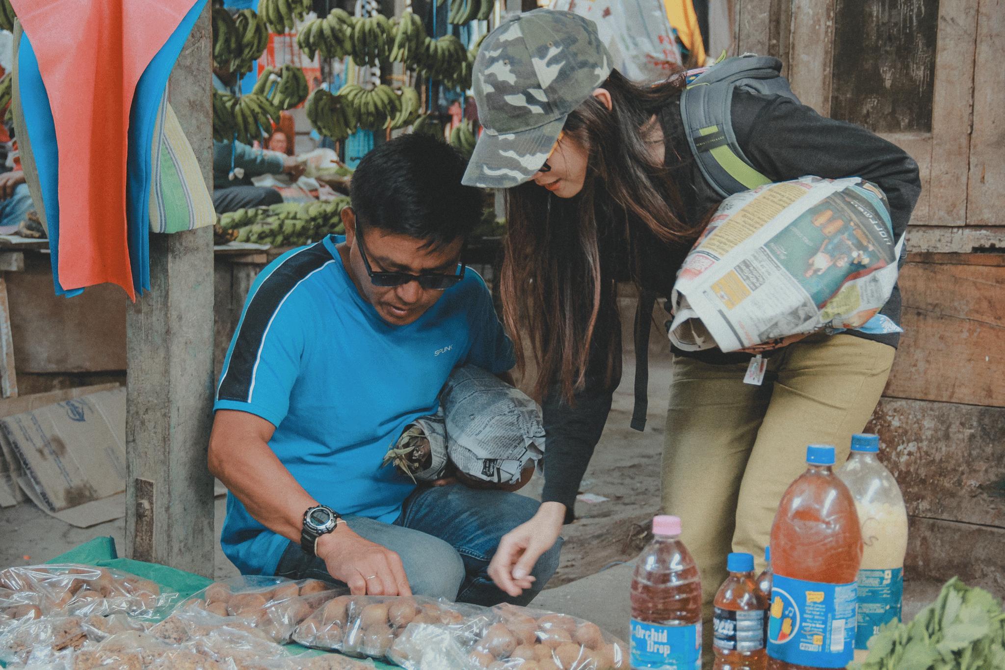 Ảnh: Anh Ninh chụp lúc tui và Michi Tajo cùng đi chợ mua đồ về nấu ăn cho cả nhóm tại nhà của Michi Tajo. À tấm hình này thặc diệu kỳ, vì tóc đã che mất vẻ vuông vắn của khuôn mặt tui, làm lên ảnh nhìn rất chi là trái xoan. :)))