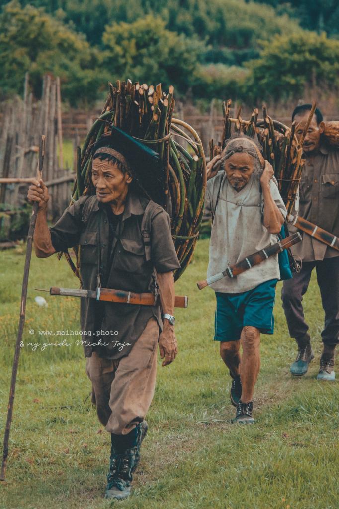 Vào ngày này những người đàn ông trong làng sẽ mang những cành cành cây và lá cây từ rừng vào làng để tạo ra một ngôi nhà tạm trú (được gọi là nago) cho linh hồn tổ tiên đến nghỉ ngơi và xem các lễ hội.